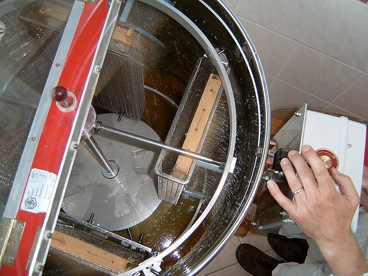 Hier ist unsere Honigschleuder im Einsatz. Die Waben werden in beide Richtungen geschleudert.