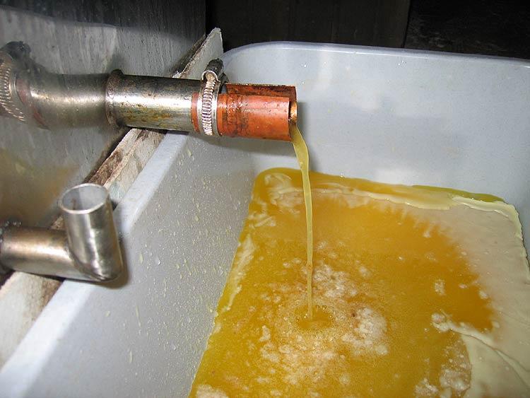 Auch golden, aber kein Honig ... hier wird das Bienenwachs eingeschmolzen.